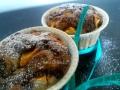 muffin-pesche-cioccolato-fondente-primo-piano-nastro