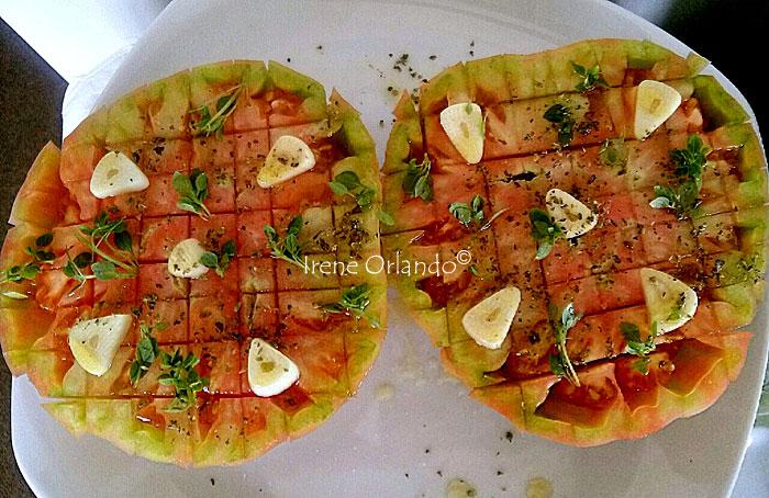 Pomodoro a scacchiera condito con aglio, prezzemolo e origano
