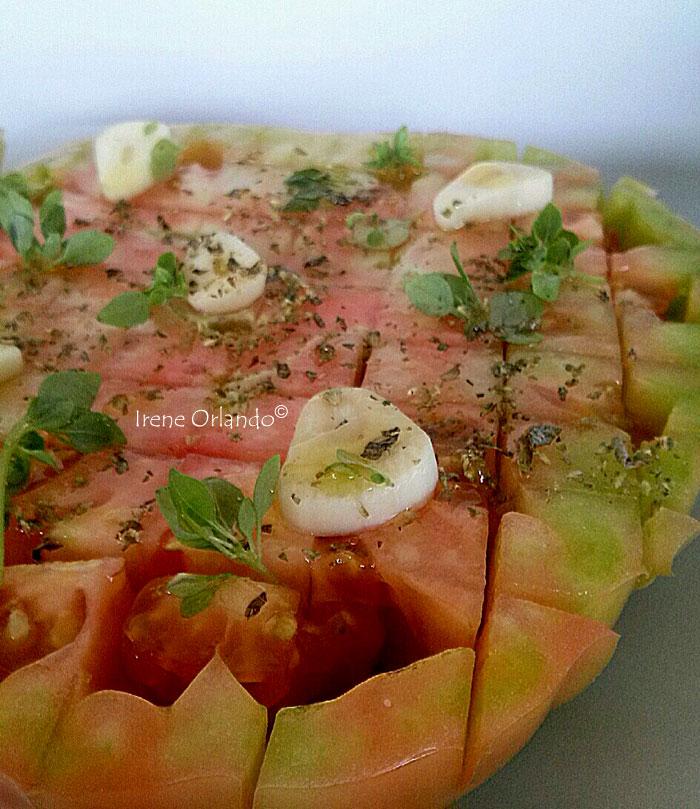 Pomodoro a scacchiera condito con aglio, basilico e origano