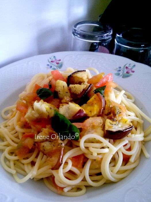 Spaghetti melanzane pomodoro fresco basilico