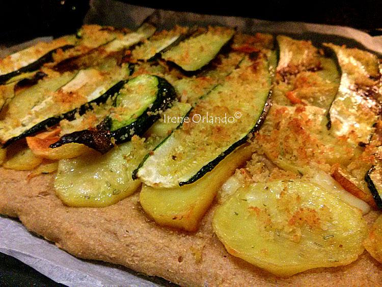Pizza senza impasto con farina di Tumminia, condita con patate e zucchine