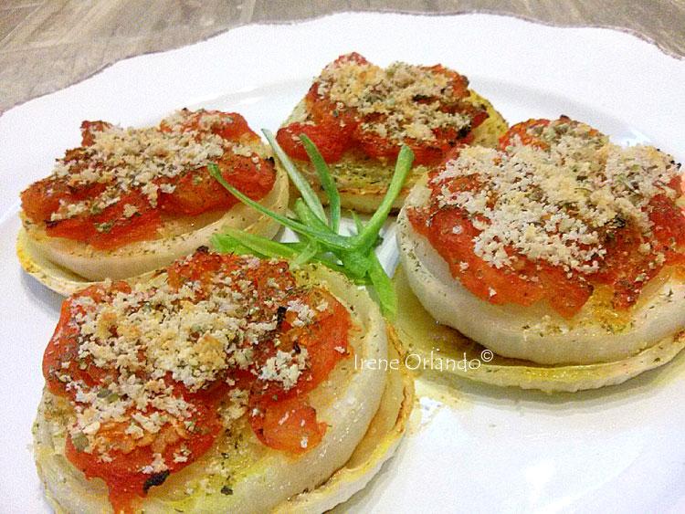Ricetta delle Cipolle Bianche alla Pizzaiola - Tagliate a meta ed infornate con pomodoro, mollica e pan grattato, in composizione sul piatto
