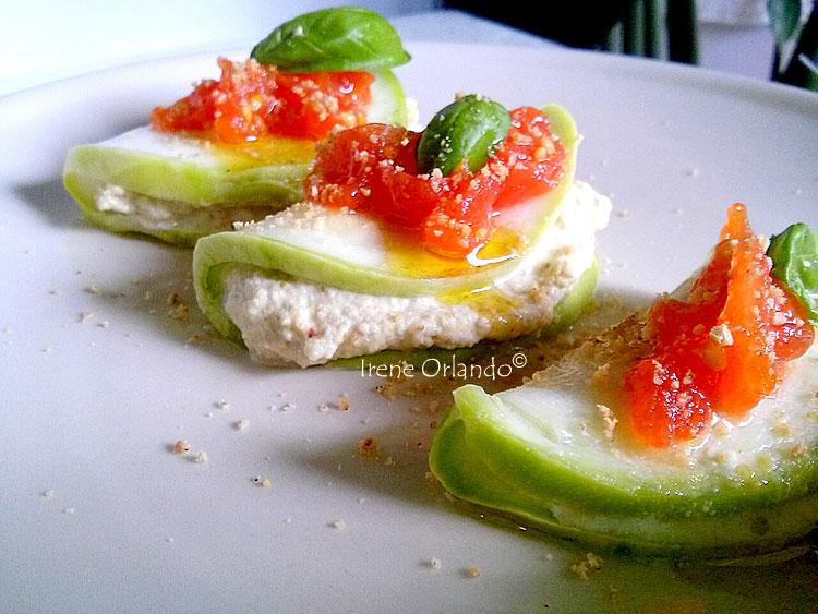 Ricetta dei Ravioli crudi di Zucchine Tonde con Crema di Mandorle e Capperi - Primo piano