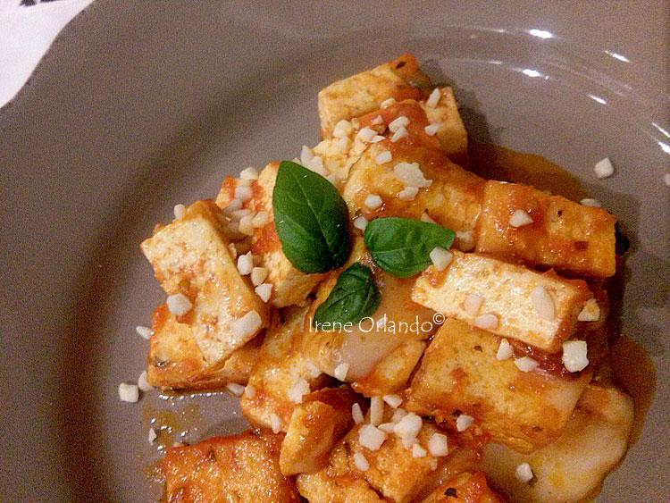 Ricetta del Tofu in Agrodolce nel piatto con la guarnizione