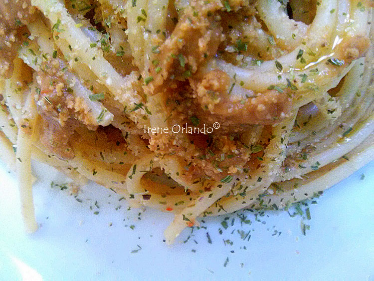 Ricetta degli Spaghetti con Crema di Lenticchie e Peperone Rosso - Primo piano del piatto con un nido ben condito