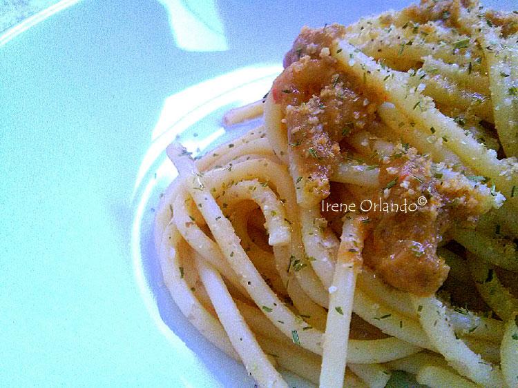 Ricetta degli Spaghetti con Crema di Lenticchie e Peperone Rosso - Primissimo piano del nido di pasta condito al meglio