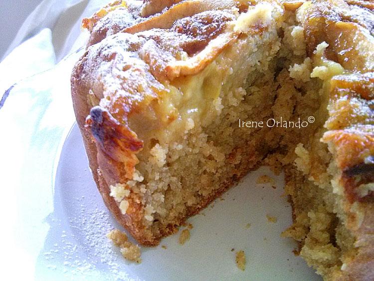 Ricetta della Torta soffice con Crema Gialla Vegan e Mele - Particolare della torta aperta per far vedere l'interno