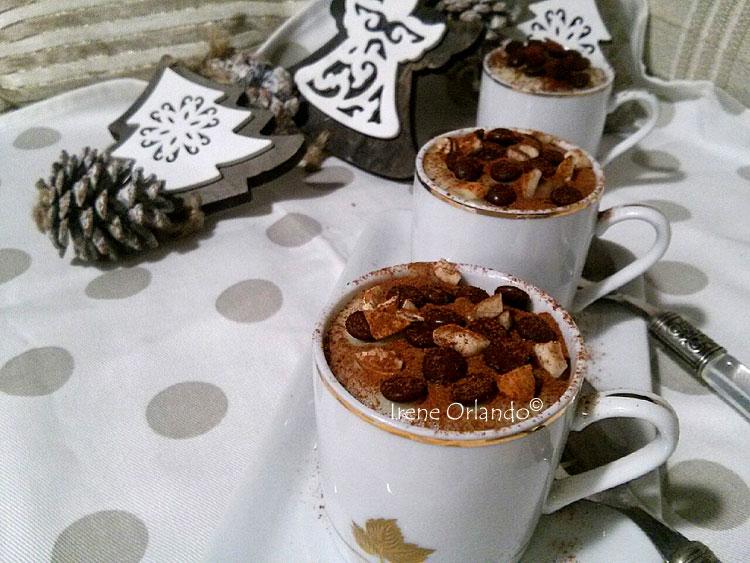Ricetta del Dolce di Riso al cucchiaio - Vegan e senza glutine - Con spolverata di cacao amaro, gocce di cioccolato e mandorle